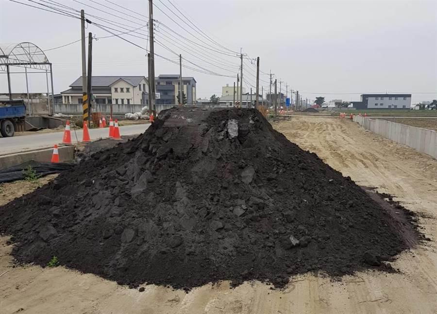 雲林高鐵站南側聯外道路正利用底渣處理過的「再生粒料」回填。(周麗蘭翻攝)