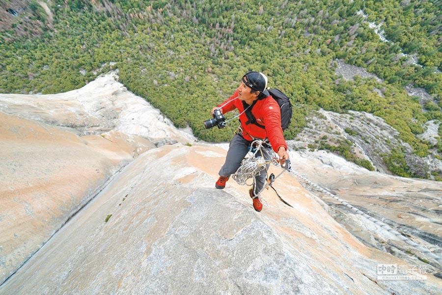 金國威為拍攝無繩攀岩運動,自己也必須攀上岩壁,風險極大。