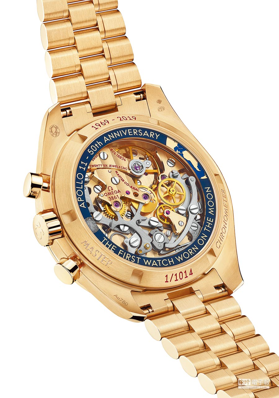OMEGA超霸阿波羅11號50周年限量腕表,背面為透明藍寶石水晶,機芯一覽無遺。(OMEGA提供)