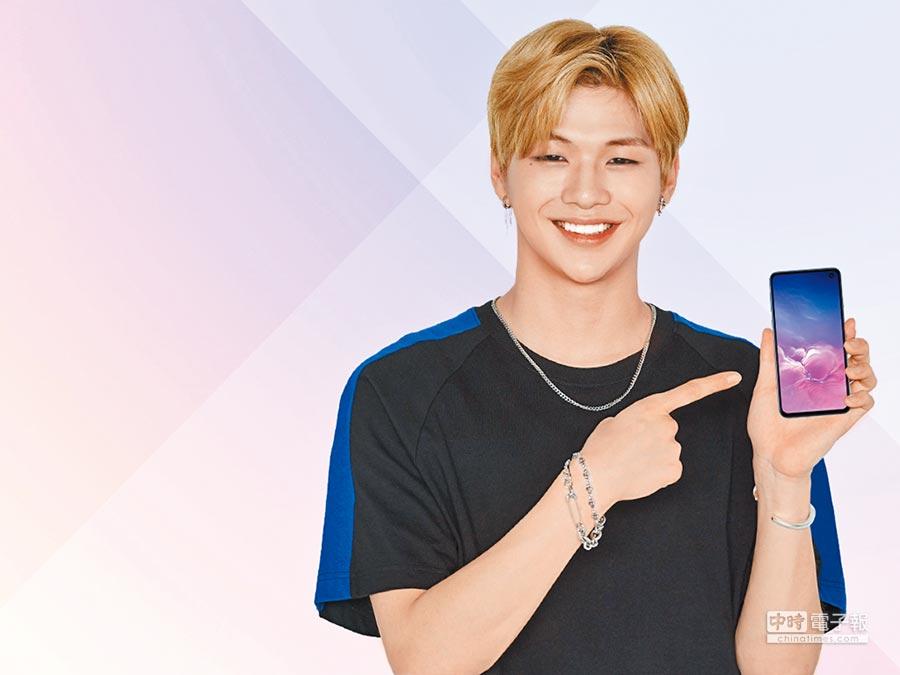 Galaxy S10系列內建名人語音鬧鐘服務,現特別推出韓星偶像的智慧語音鬧鐘,首波就有當紅的Wanna One姜丹尼爾。(三星提供)