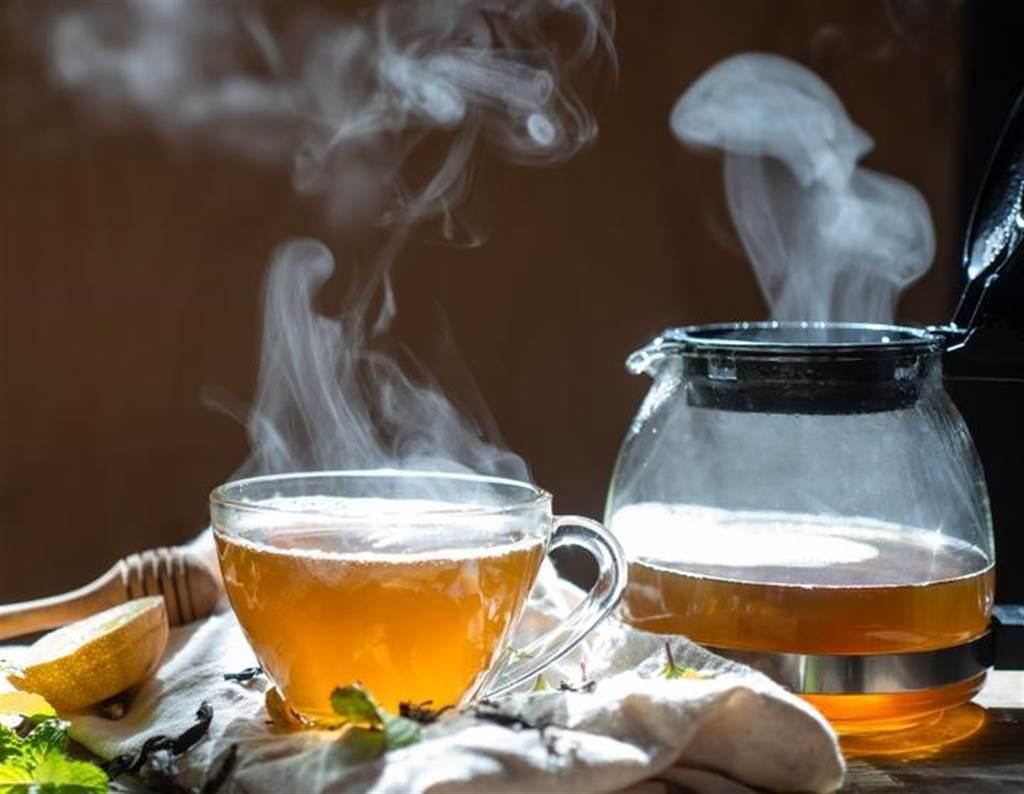許多人一早喜歡喝熱茶,但新研究顯示,每天大量喝超過攝氏60度茶水的人,罹患食道癌的機率比一般人要高出90%。(達志影像/Shutterstock)