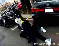 警完美過肩摔 粉紅機車通緝犯栽了
