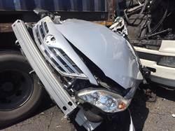 影》國道連環撞!2聯結車夾殺 轎車頓成廢鐵2重傷