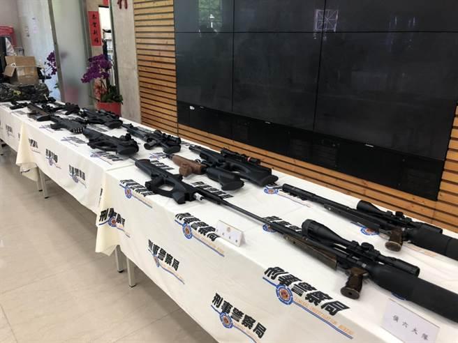 警方在專案期間共查獲127支各式槍械。(林郁平攝)