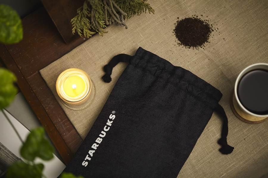 星巴克推出用咖啡渣製作出的獨特「咖啡紗牛仔束口袋」,報名參加3/30全台6間星巴克門市限定舉辦的收費講座,即可獲得乙只。(圖/星巴克)