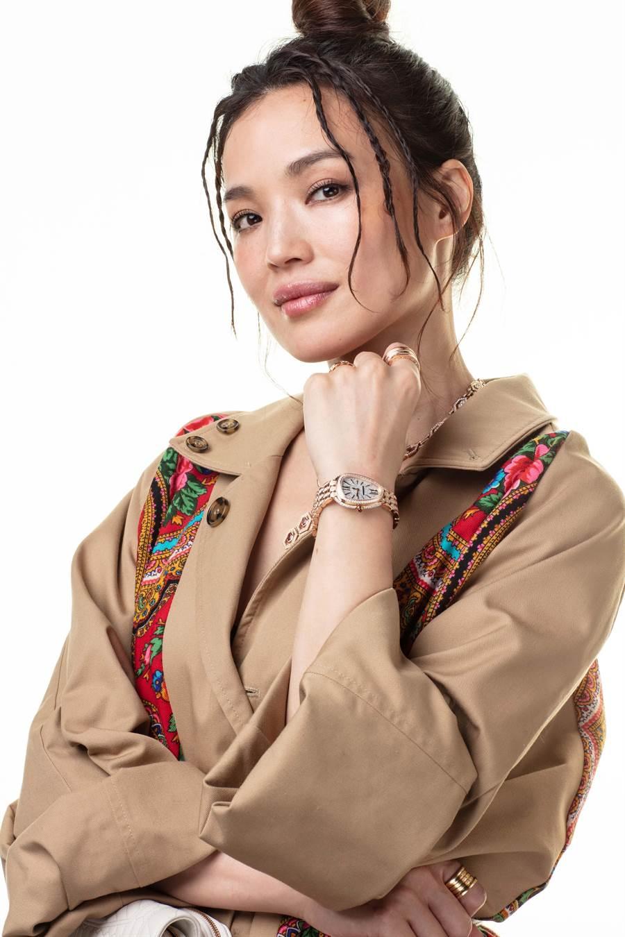 舒淇佩戴SERPENTI SEDUTTORI鎏光蛇影系列玫瑰金全鑽女表,閃爆的腕表是臉蛋之外的另一個美麗焦點。(BVLGARI提供)