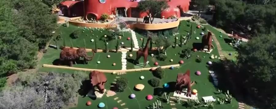 屋主放置許多恐龍裝飾品(圖片截自Youtube)