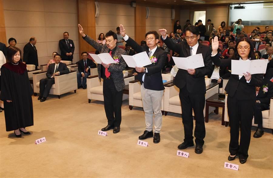 圖為立委宣誓就職。中央社記者施宗暉攝  108年3月21日