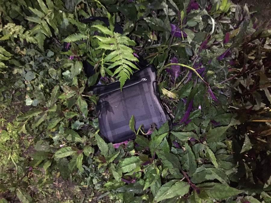 朱姓男子邊逃跑邊將裝有毒品的背包丟棄至菜園。(何冠嫻翻攝)