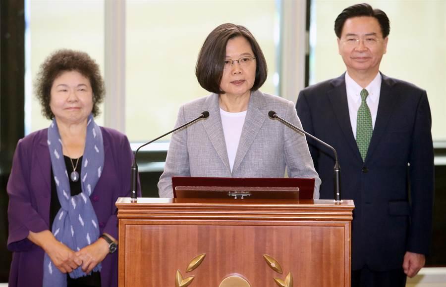 蔡英文總統(中)21日啟程訪問太平洋友邦,行前在總統府秘書長陳菊(左)及外交部長吳釗燮(右)陪同下致詞,蔡英文表示,讓台灣在世界舞台上發光發熱,是身為總統的職責。(范揚光攝)