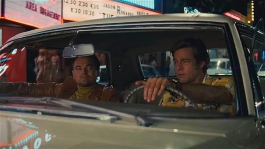 李奧納多狄卡皮歐(左)與布萊德彼特合演電影《從前,有個好萊塢…》。(翻攝自網路)
