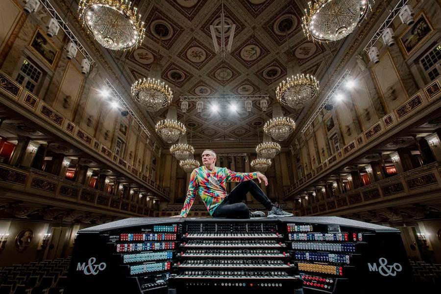 管風琴家卡麥隆‧卡本特最大特色就是演奏時雙手雙腳宛如在跳舞,靈活自如。(牛耳提供)