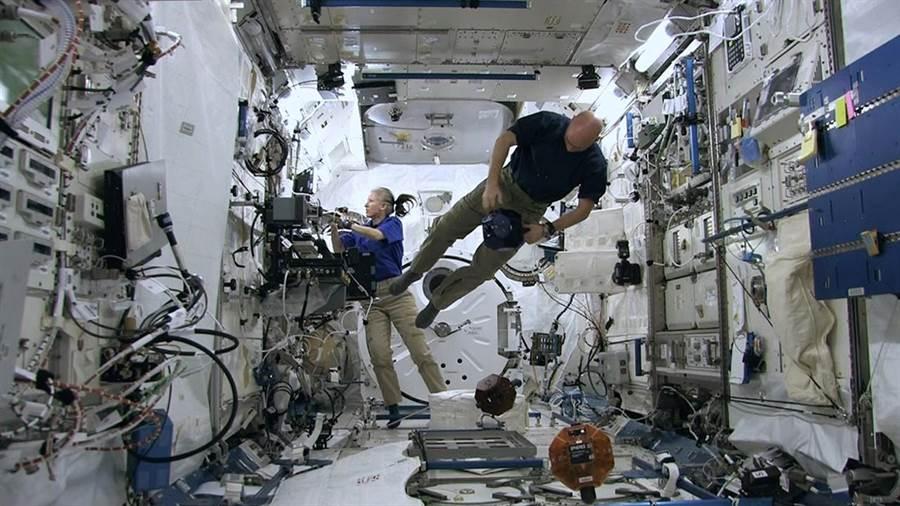 國際太空站已運作十幾年,自然滋生了不少細菌,因此抗菌避免感染疾病成了重要課題。(圖/NASA)