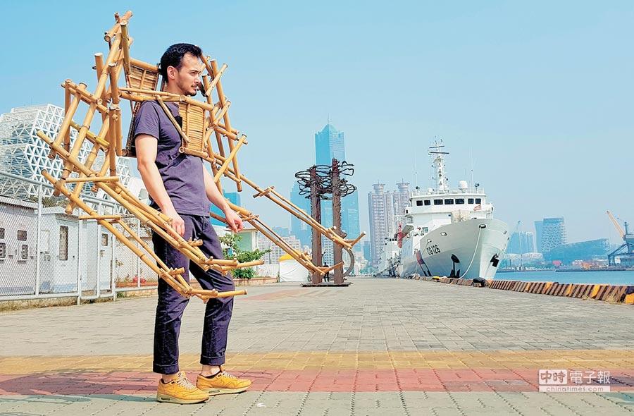 法國藝術家喬納森·西瑟芬(Jonathan Sitthiphonh)利用竹子創作仿生機構「六臂鎧甲」,穿在身上相當威風吸睛。(林宏聰攝)
