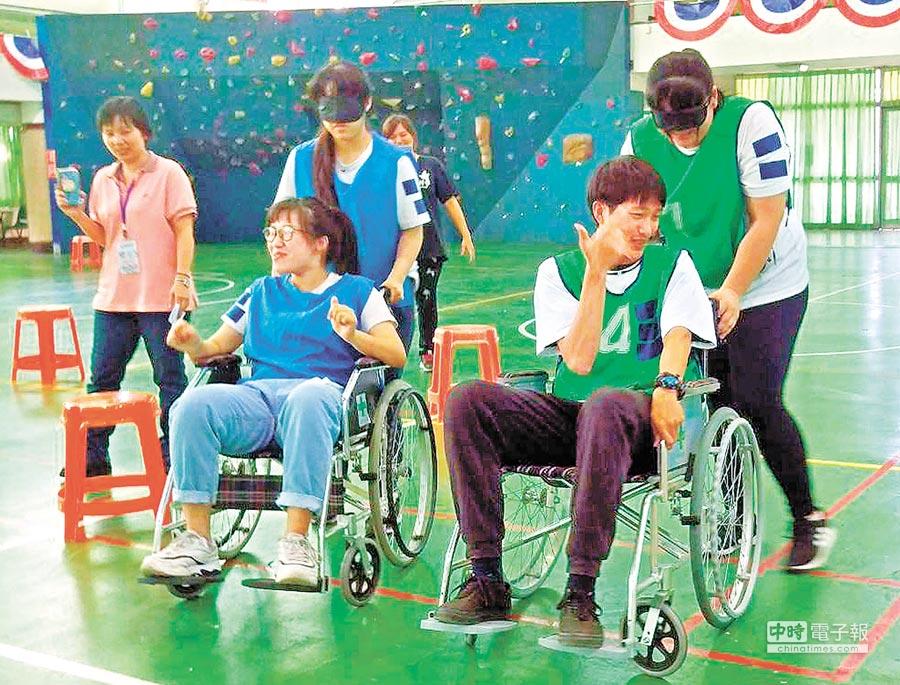 屏東大仁科大舉辦「護理關懷OLIPIC冠軍盃大賽」,學生要闖6關,其中之一為「戴眼罩推輪椅」,加油聲不斷。(潘建志攝)