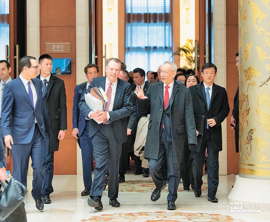 2月14日上午,大陸國務院副總理劉鶴(前右)與美國貿易代表萊特希澤(前中)、財政部長努欽(前左)共同主持中美經貿高級別磋商開幕式。(新華社)