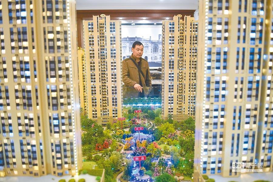 山西太原,民眾在售樓部查看商品房戶型。(中新社資料照片)