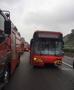 中山高汐止段兩客運計程車相撞 2人送醫