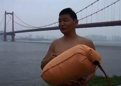 毅力驚人  男子游泳渡長江上班堅持11年