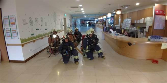 新北市政府消防局今在清福養老院老人長期照顧中心,舉辦「自衛消防編組應變能力驗證示範演練」。(許哲瑗翻攝)
