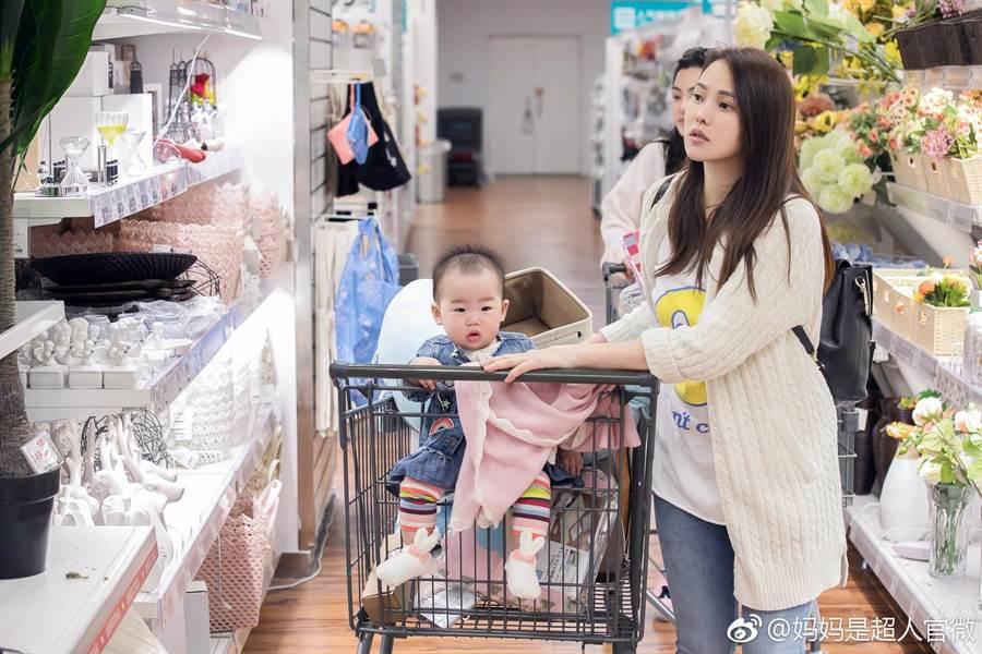 伊能靜帶女兒小米粒參與《媽媽是超人》節目(圖片取自微博)
