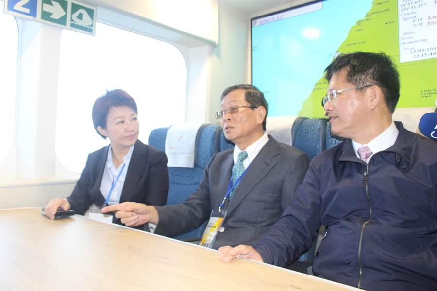 交通部長林佳龍、台中市長盧秀燕進入「雲豹號」參觀。(陳淑娥攝)