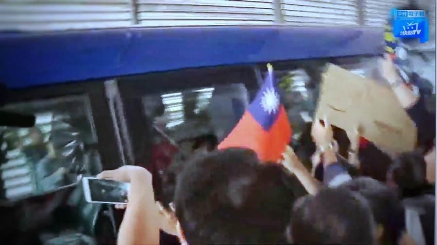 接機的支持者手持中華民國國旗,迎接韓市長。(圖/截自中時電子報直播)