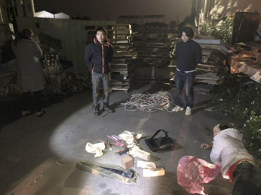 慣竊彭兆聖等4人潛入林口一間工廠行竊,失風遭5名員工暴打一頓,再報警逮捕4嫌。(吳岳修翻攝)