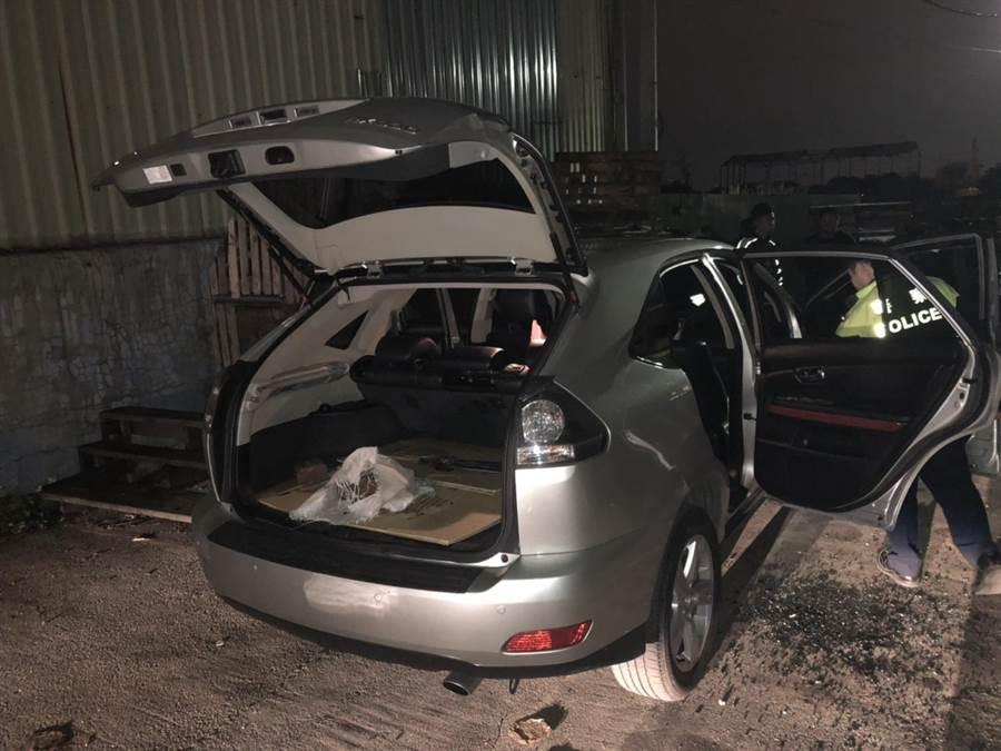 警方在工廠外攔捕把風的羅芳文等3名同夥,並在車內搜出油壓剪等犯案工具。(吳岳修翻攝)