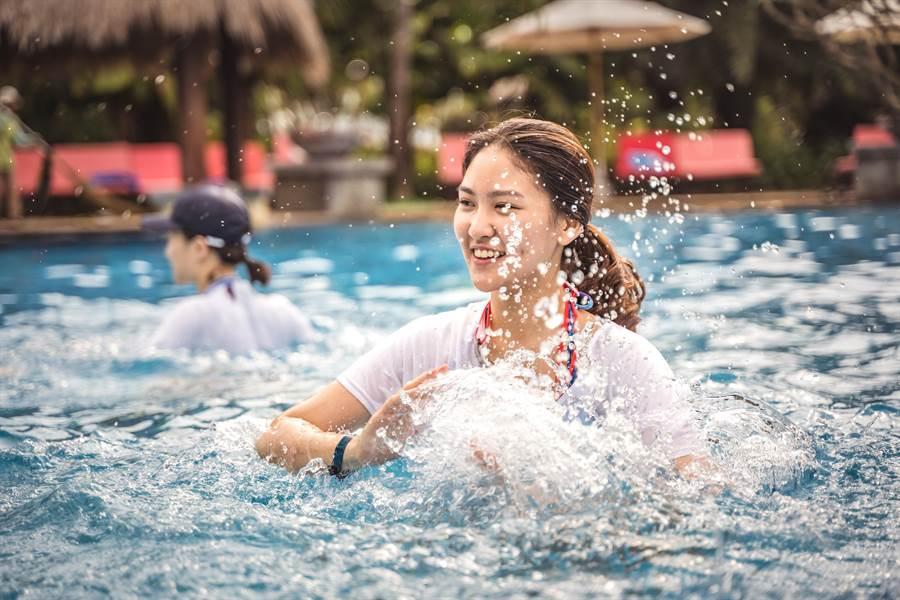 除了各式遊樂設施,還有水上有氧活動。(攝影/沈弘欽)