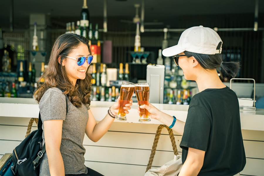 與閨密一邊分享心事大聊特聊,一邊享受飲品無限暢飲的快感。(攝影/沈弘欽)