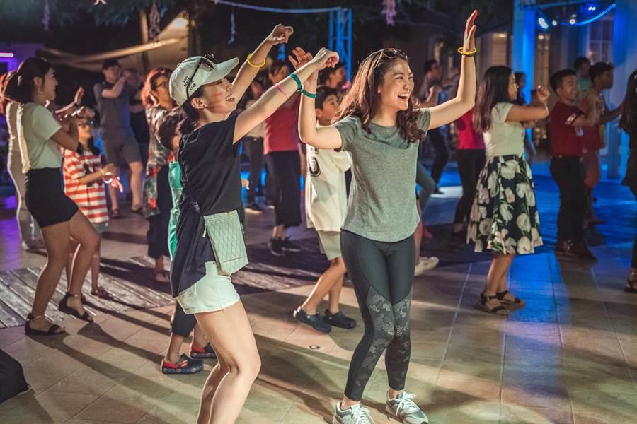 在三亞Club Med裡,每晚都有High翻天的「Party Night」。(攝影/沈弘欽)