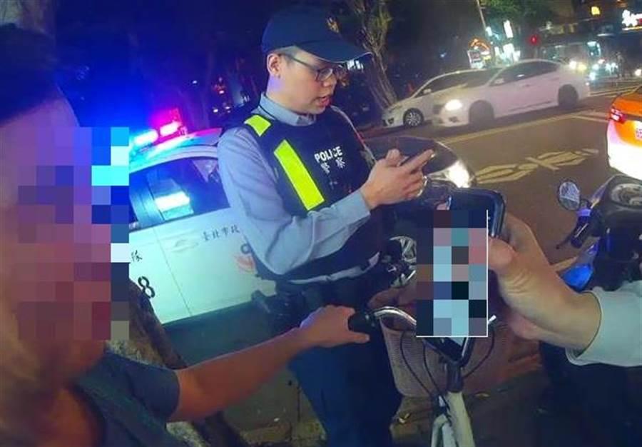 員警以警用電腦對林男進行比對,但林仍否認自己是通緝犯。(林郁平翻攝)