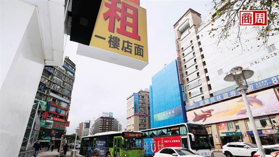 台北市東區待租店面暴增,背後原因不只高租金,還包含消費習慣改變、店家轉型升級不足等。(圖/駱裕隆)
