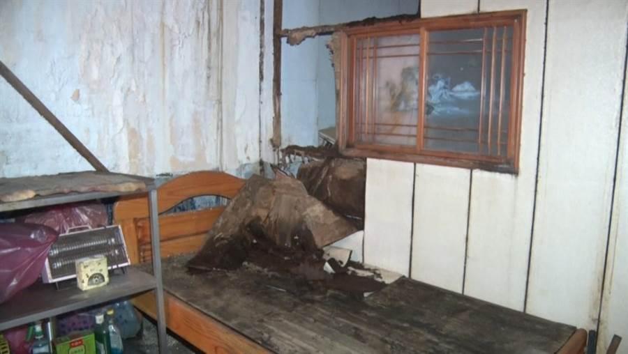 基隆中正路一處警察宿舍,荒廢超過8年,屋內床頭旁的小窗戶跟櫃子不知遭受到什麼樣的外力,木板整個破爛四散在床頭,宛如「鬼屋」。(張穎齊攝)