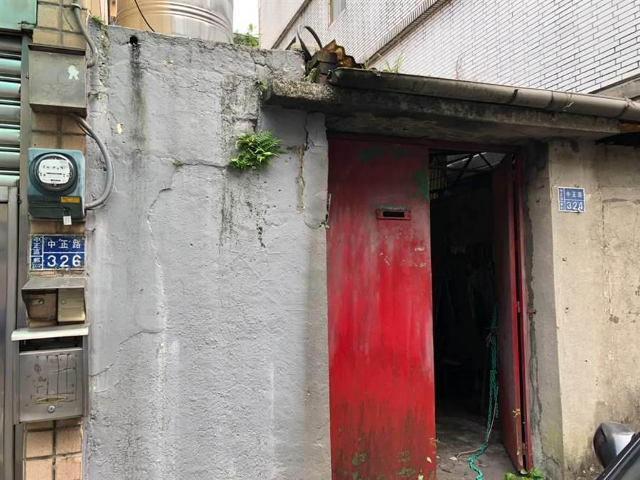 基隆中正路一處警察宿舍,荒廢超過8年,紅色的大門加上長草的屋簷,形同「鬼屋」。(張穎齊攝)