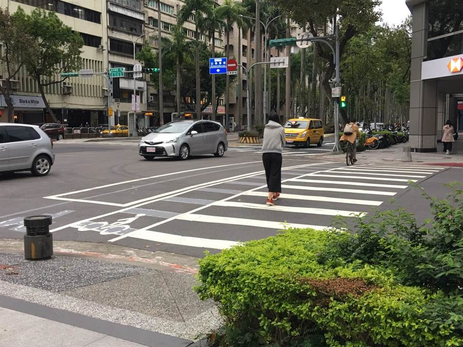 交通部拟让全台百余处危险路口的斑马线退缩4.5至6公尺。(陈佑诚摄)