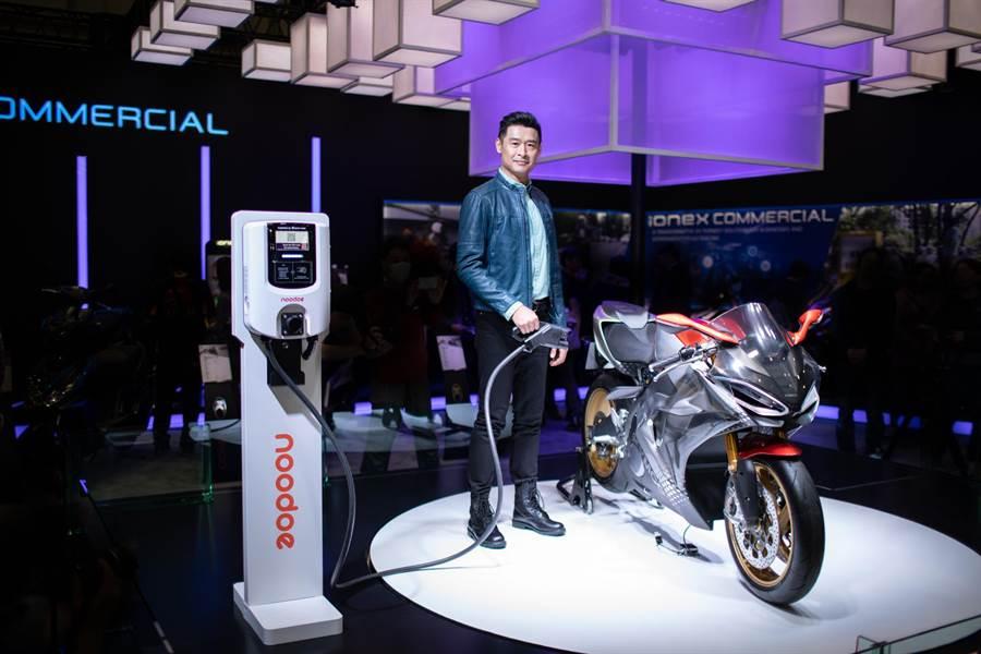 光陽集團董事長柯勝峯現身東京摩托車展,首次展示SuperNEX電動超跑充電裝置Noodoe EV OS系統。(圖/光陽提供)