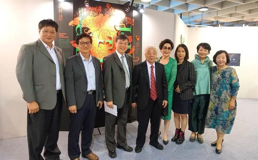 作品校展出時,樹德科大校長陳清燿校長(左三)等人前往觀賞。(圖:樹德科大提供)
