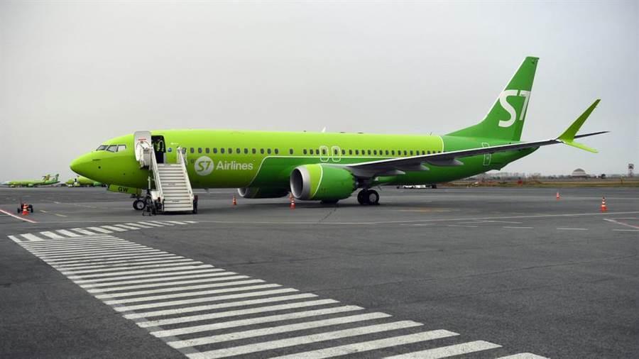 俄羅斯已凍結該國4家航空公司對波音737MAX的採購合約。圖為4家之一的希伯利亞航空使用的737MAX客機,該公司是俄羅斯發展最快的航空公司。(圖/衛星通訊社)