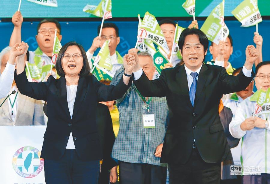 蔡英文總統(左)、賴清德(右)去年攜手為競選彰化縣長連任的魏明谷站台;當時這情境,對照今天兩人在初選對決,猶如左手牽右手,背後反插刀的殘酷政治面。(本報資料照片)
