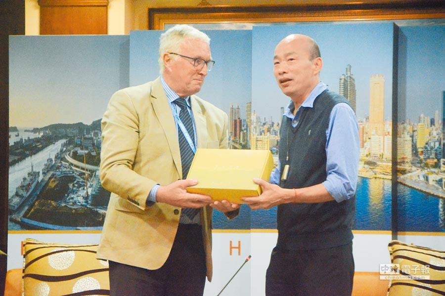 國際自由車總會(UCI)前總會長Patrick McQuaid(左)21日拜會高雄市長韓國瑜,韓允諾將全力協助國際自由車頂級賽事在高雄舉行。(林宏聰攝)