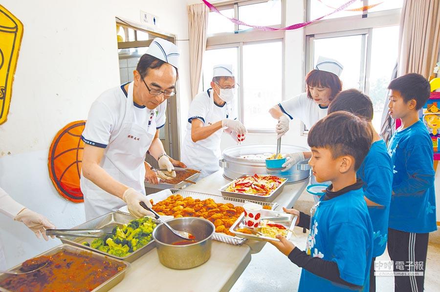 中華開發金控總經理王銘陽(左一)帶領志工團隊,為文山國小學童準備午餐。(中華開發金控提供)