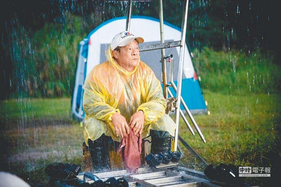 王偉六演出任職場務時風雨無阻的使命感。