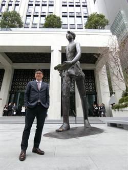 摸巨人的黃金腳會帶來好運!聯聚中雍大廈公共藝術揭幕掀熱潮