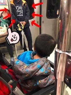 媽1打1搭捷運!男學生見了秒讓座 感動上萬人