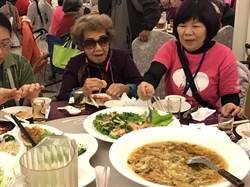 遲來的團圓夢  甘霖為200多名獨老舉辦團圓聚餐