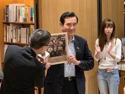 馬英九新書「八年執政回憶錄」粉絲嗨排簽書會