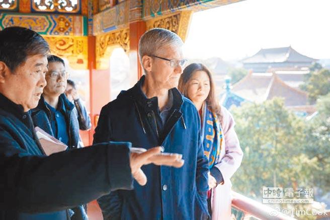 庫克22日上午在故宮博物院院長單霽翔陪同下參訪。圖/Tim Cook微博