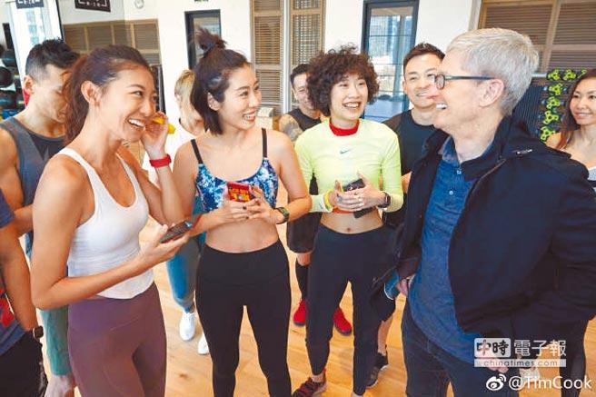 庫克發文指出,22日到北京一家健身中心煉‧工廠參觀,看到教練和學員用Apple Watch記錄高強度訓練情況。圖/Tim Cook微博